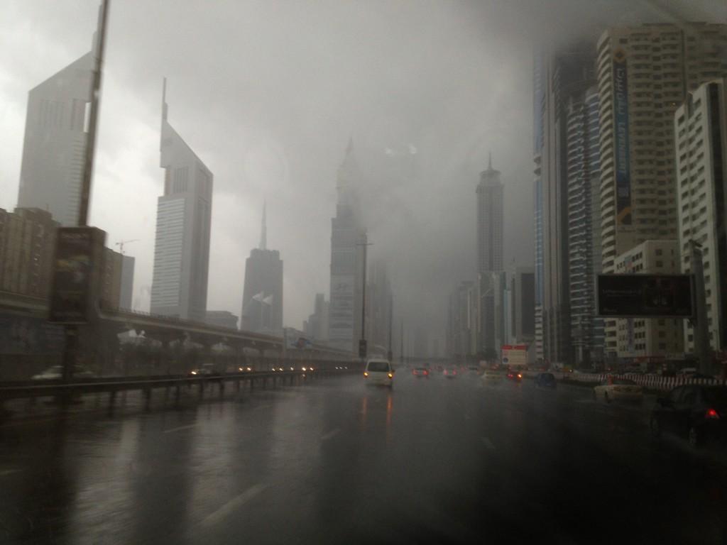 الإمارات أمطار رعدية و زخات برد في العديد من مناطق الدولة