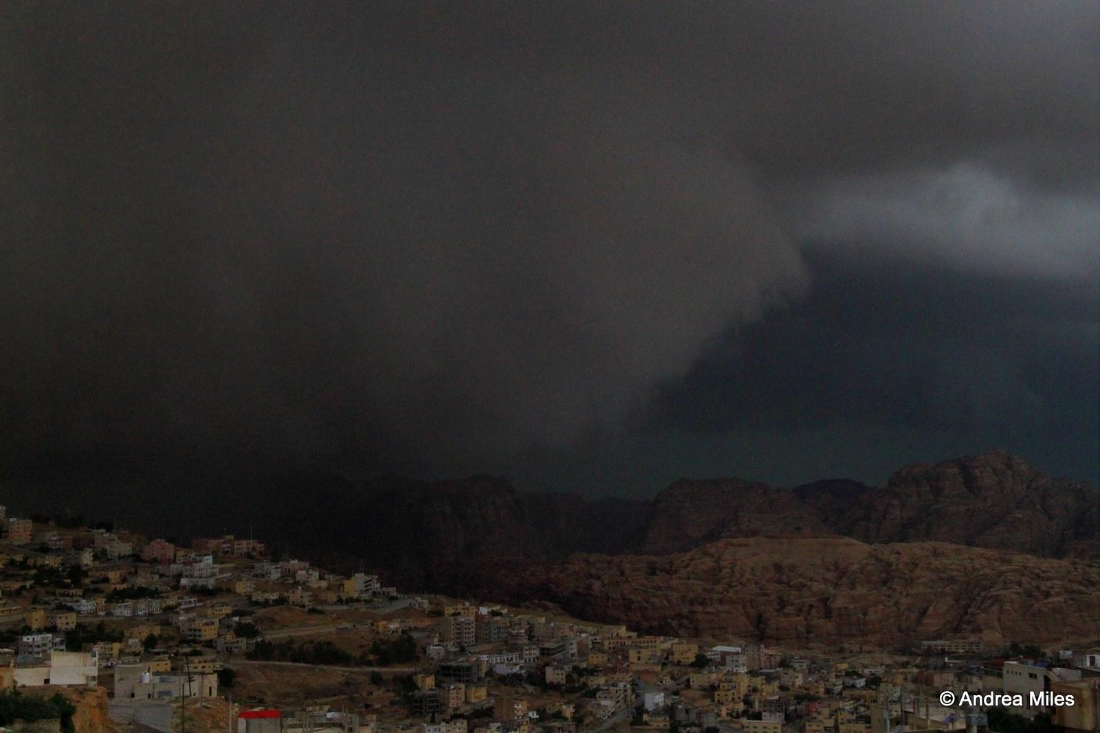 ظلام دامس جراء السحب القوية
