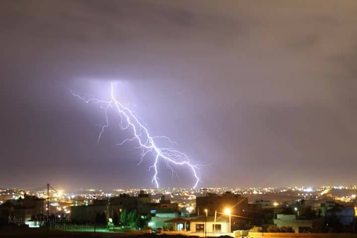 بالصور.. البرق يضيء سماء عددٍ من محافظات المملكة