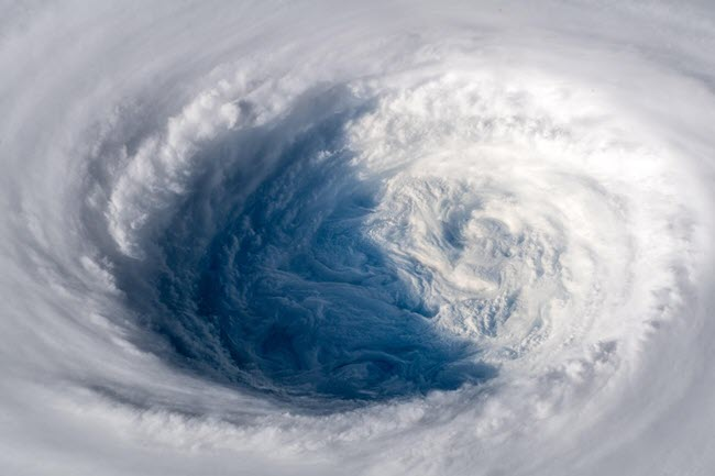 صور مذهلة من محطة الفضاء الدولية للإعصار ترامي ( المحيط الهادئ )
