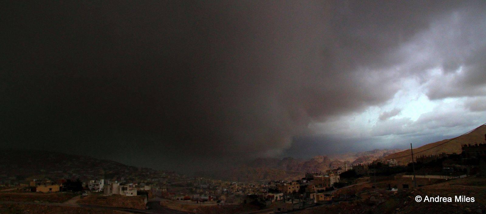 الغيوم شديدة السواد كانت عصر الخميس