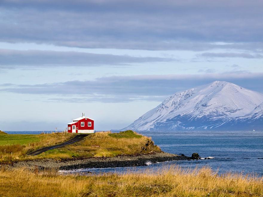 المنزل الأحمر الصغير في آيسلندا