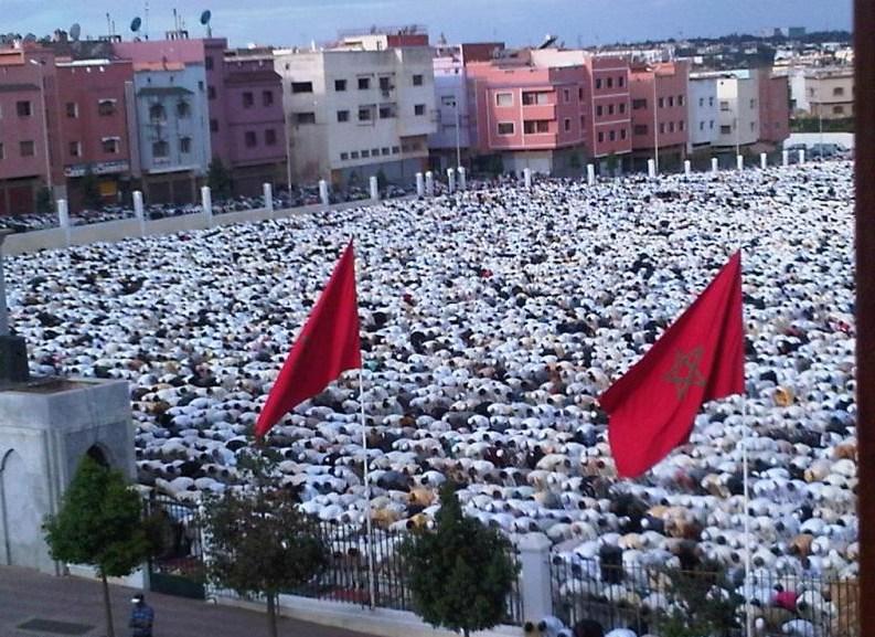 المغربيون يؤدون صلاة العيد في الهواء الطلق