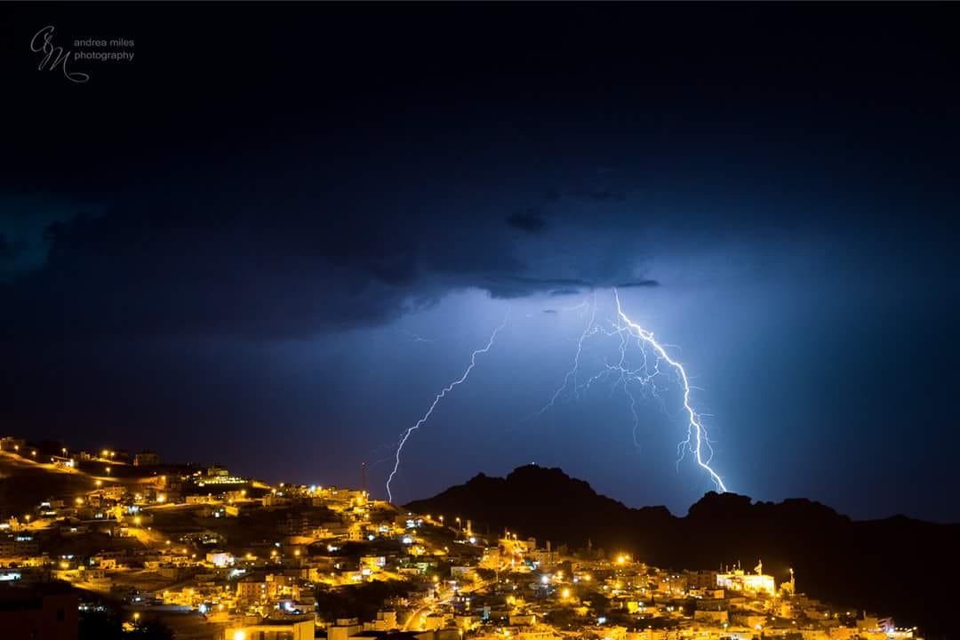 صور رائعة   البرق يضيء سماء البتراء مع آخر أيام أيلول