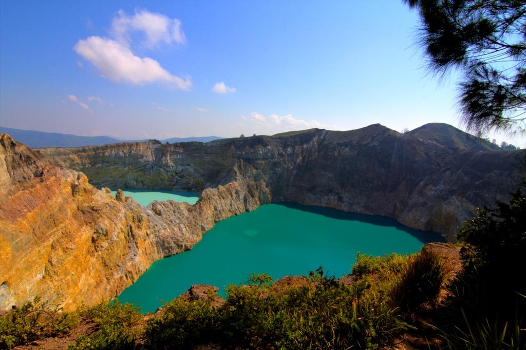 ماذا تعرف عن بحيرات جزيرة فلوريس الملونة؟