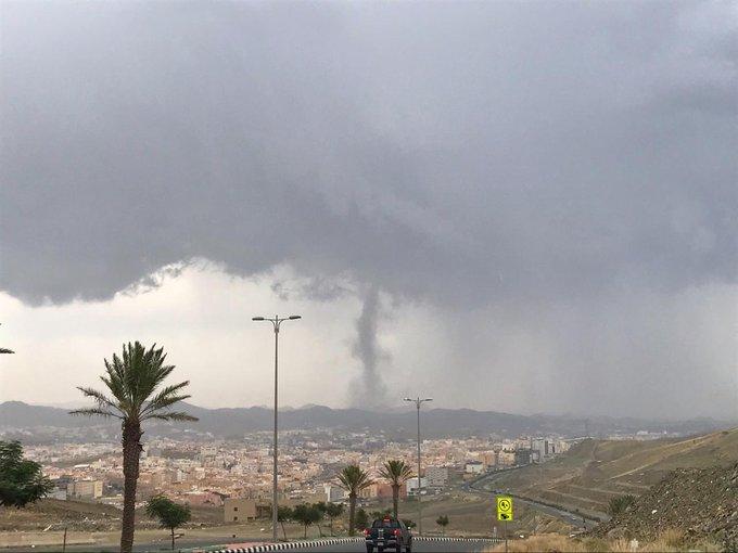 بالفيديو والصور ظاهرة طبيعية تثير الجدل في أبها زوبعة أرضية أم اعصار قمعي طقس العرب