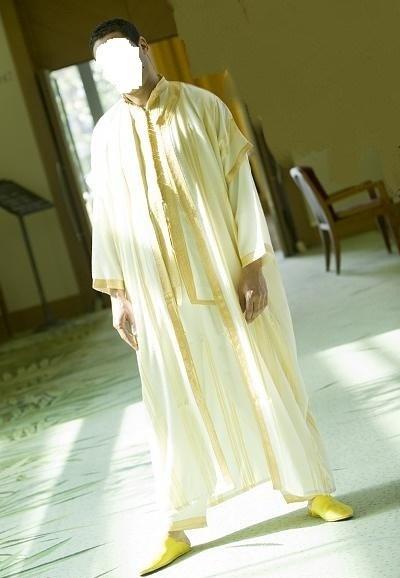 يرتدي الرجال المغاربة الجلابية أو الكندورة أو الجابدور في العيد