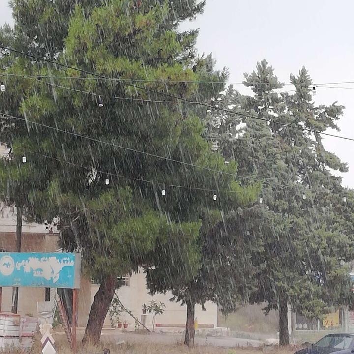 بالصور || أمطار غزيرة نادرة تغازل الأردن في حزيران
